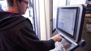 Mitarbeiter an einer CNC Fräsmaschine